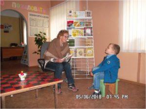Арина Родионовна с внуком в Дубравской сельской библиотеке